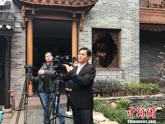 外媒记者在湘西凤凰熊希龄故居拍摄。 刘着之 摄