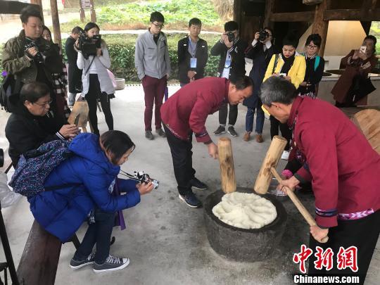 采访团一行体验湖南民俗打糍粑。 刘着之 摄