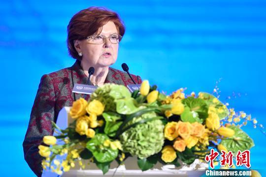 拉脱维亚前总统、世界领袖联盟主席瓦伊拉·弗赖贝加致辞 陈骥旻 摄