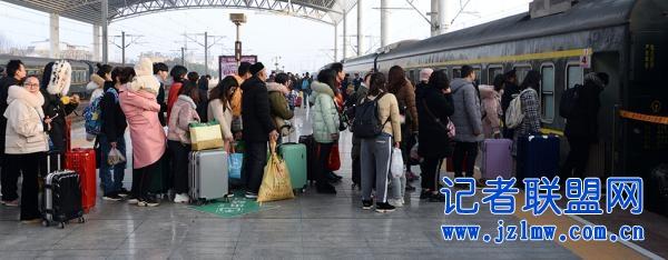 铁路春运客流高位运行 连续8天发送旅客超千万人次