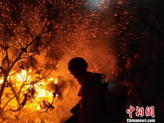 消防员正在火场灭火。 杨晶 摄